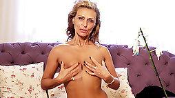 Well aged Bonita finger bangs her greedy cunt