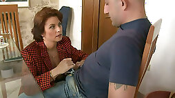 Mature mommy Roberta seduces the guy and sucks his dong deepthroat