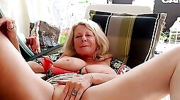 Slutty mature lady is spreading and rubbing cunt on webcam