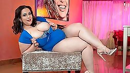 Soloing mature BBW Mia Sweetheart demonstrates her naked body